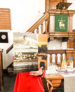 Johanna van Steen werd in het zonnetje gezet en kreeg als dank voor het vele werk dat zij voor de galerie verricht een werk van peter Balm